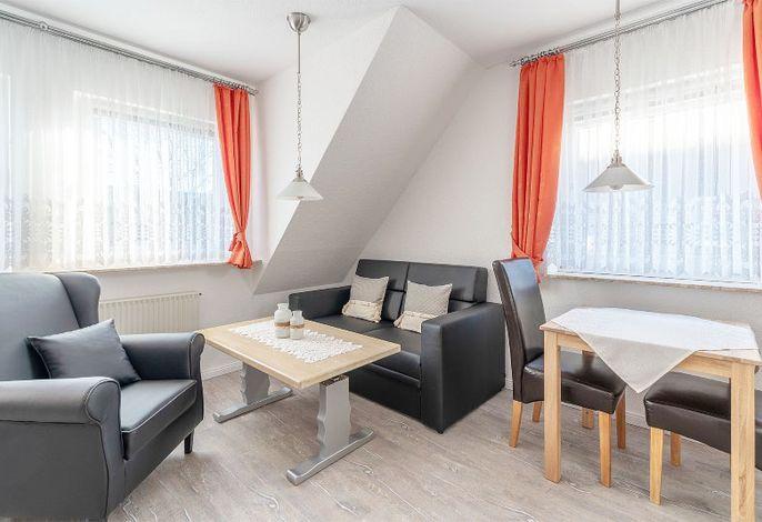Wohnraum mit Esstisch und angrenzender Küchenzeile