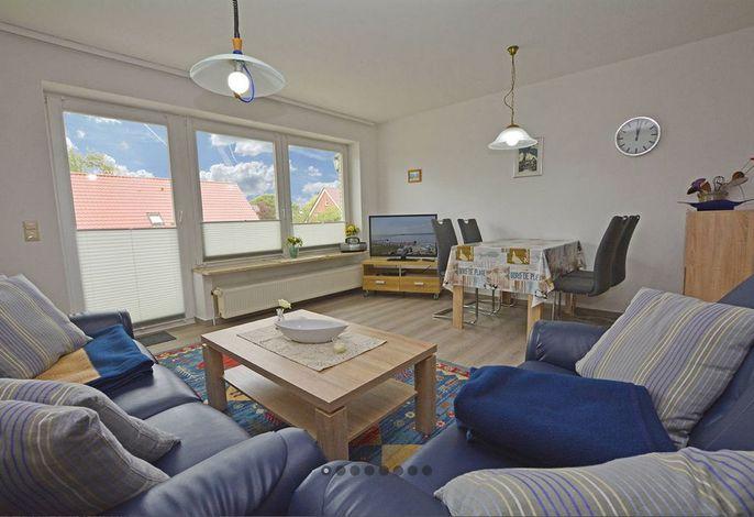 Wohnraum mit offener Küchenzeile und Esstisch
