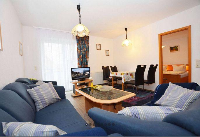 Wohnraum mit offener Küchenzeile und Essplatz