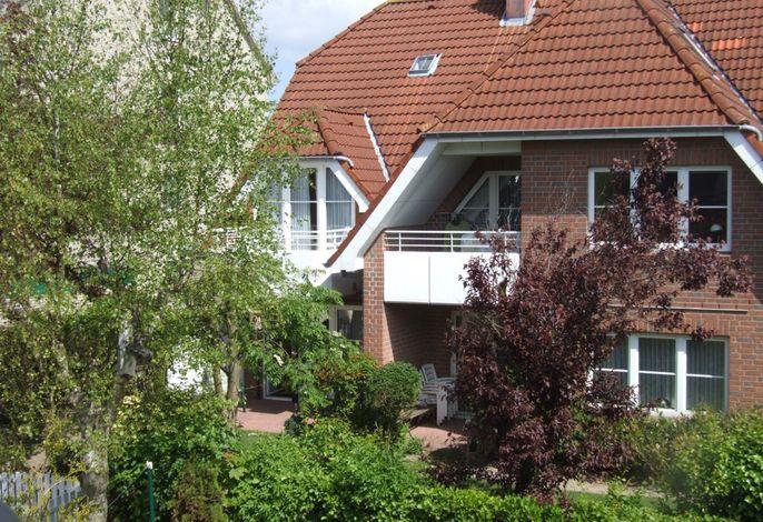 Das Haus mit Südansicht, unten links, durch Äste etwas verdeckt, ist die Fewo