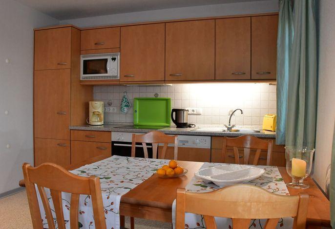 Küchenzeile und Tisch