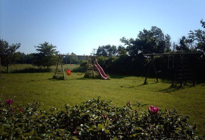 Spielwiese mit Schaukel, Rutsche und Trampolin