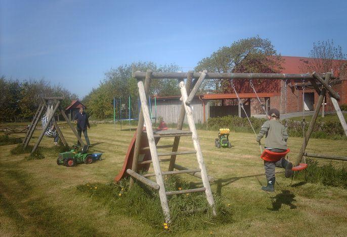 Spielplatz mit Trampolin, Schaukel, Rutsche u.v.m.