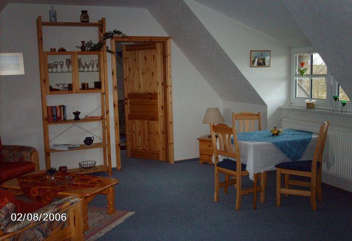Wohnung Deichgraf, geräumiges Wohnzimmer mit Couchecke und Essecke
