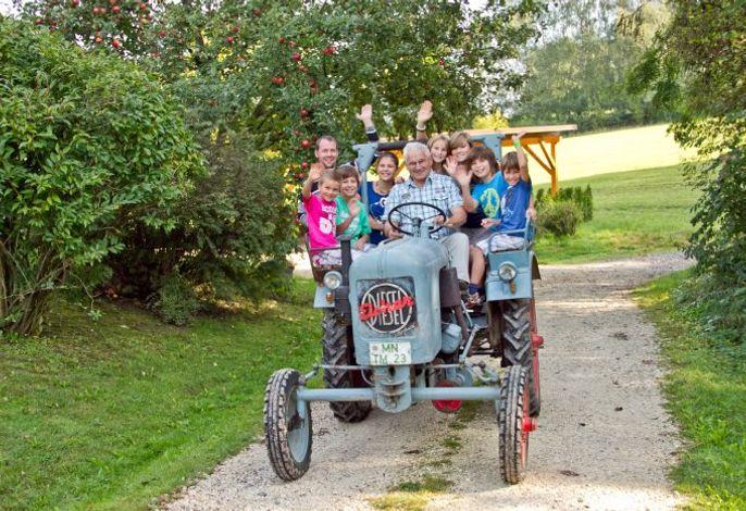 Spass beim Traktorfahren mit Opa