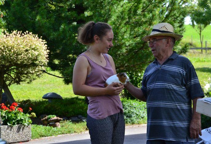 Hanna und Opa mit Krümel