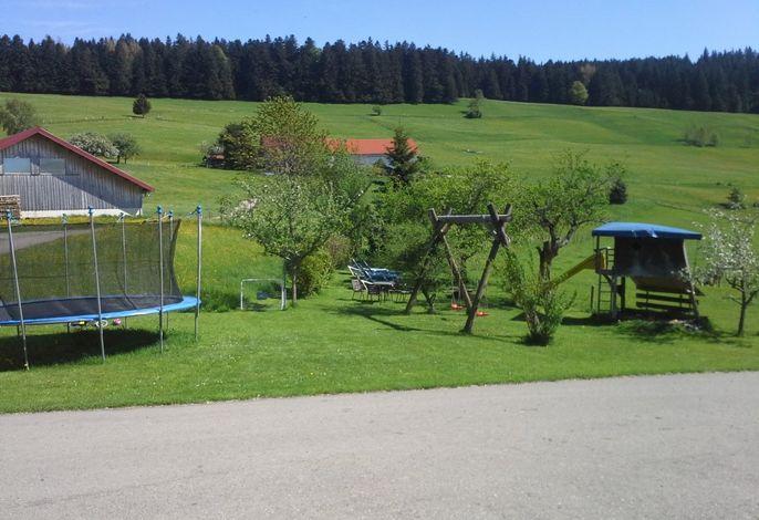 Unser Spielplatz mit Liegewiese