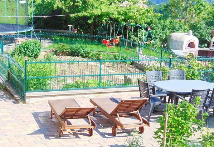 Um unseren Kräutergarten können Sie es sich gut gehen lassen