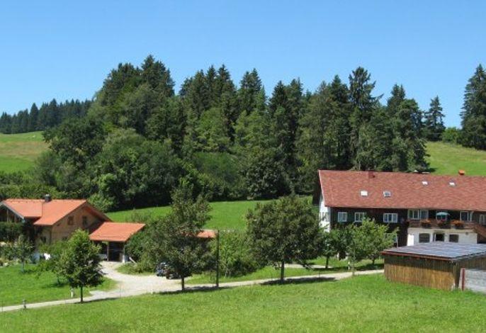 Links unser Ferienhaus mit Fewo Grünten und Stoffelberg, rechts unsere Bauernhof mit Fewo Hochgrat