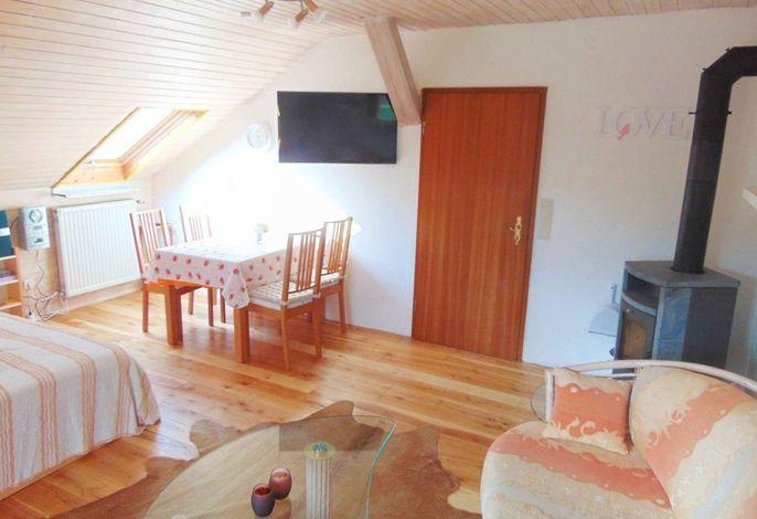 Fewo Hochgrat: Wohnschlafzimmer mit Sat-TV und Kaminofen