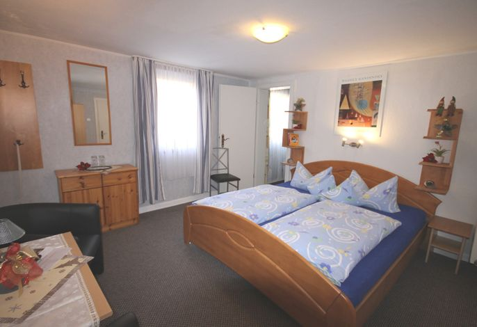 Familienzimmer: 1. Doppelzimmer im Landhausstil, mit Gardrobe, Kühlschrank, Flach-TV, Wasserkocher auf Anfrage.