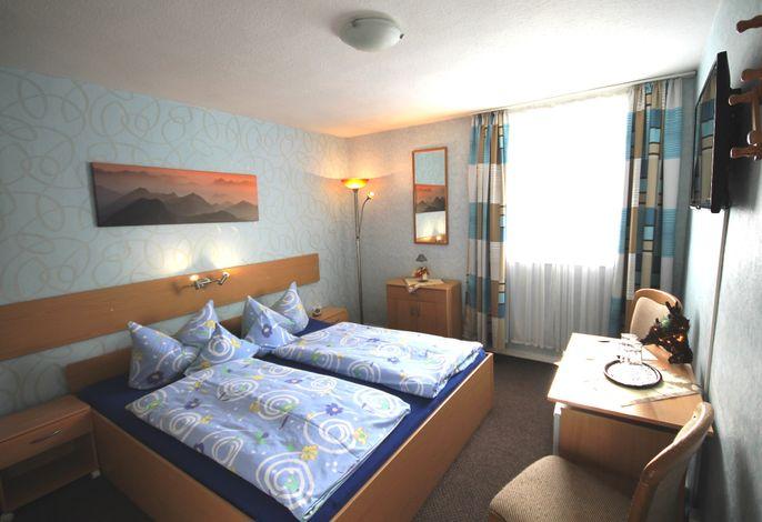 Zimmer 3, Südseite,  mit DU/WC, helles, modernes Zimmer mit Sitzgelegenheit, Flach-TV, Kühlschrank, WLAN-kostenlos.