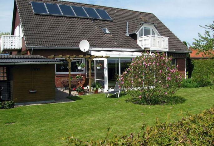 Außenansicht auf Haus und Garten