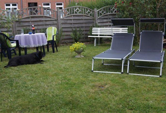Garten mit Liegestühlen für die Sonnenstunden
