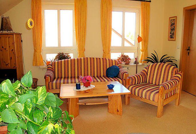 Sehr einladendes, strahlend helles Wohnzimmer mit gestreifter Couch