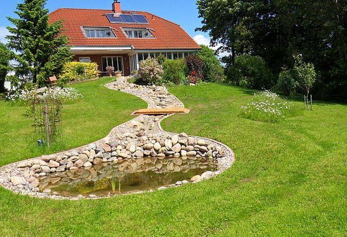 Aussenansicht mit einem Teich im schönem, großem Garten