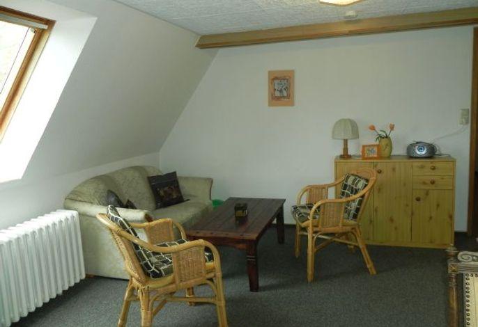 Heller Wohnraum mit Sitzgelegenheit
