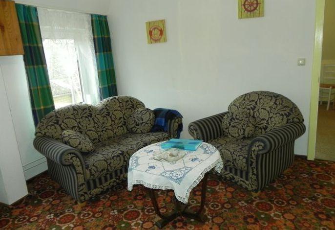 Heller Wohnraum mit gemütlichen Sesseln