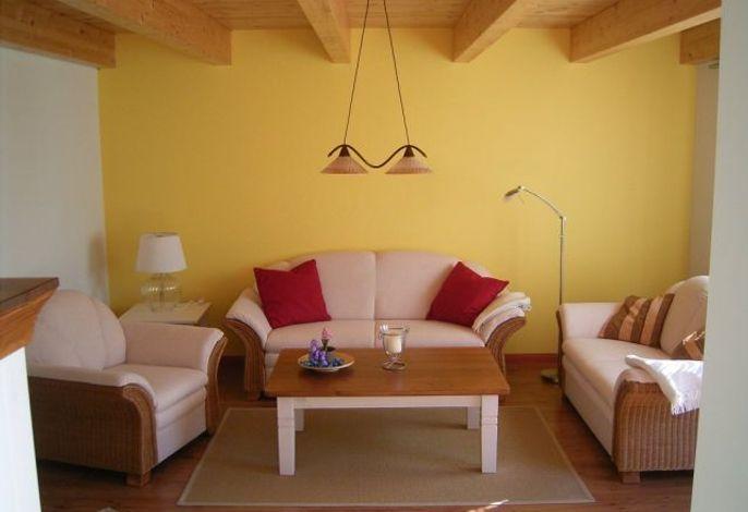 Wohnzimmer in hellen Farben mit Sofa
