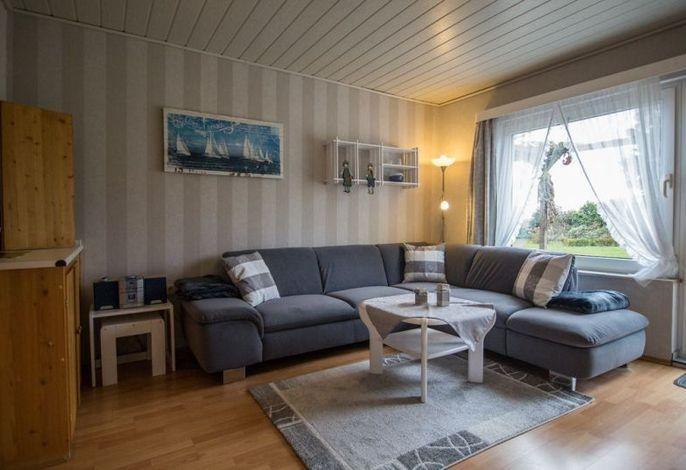 helles Wohnzimmer mit Blick in den Garten