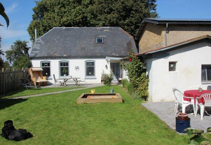 Das Pförtnerhaus mit eigenen Garten mit 2 Terrassen, Sandkasten, Strandkorb und vielen Gartenmöbeln