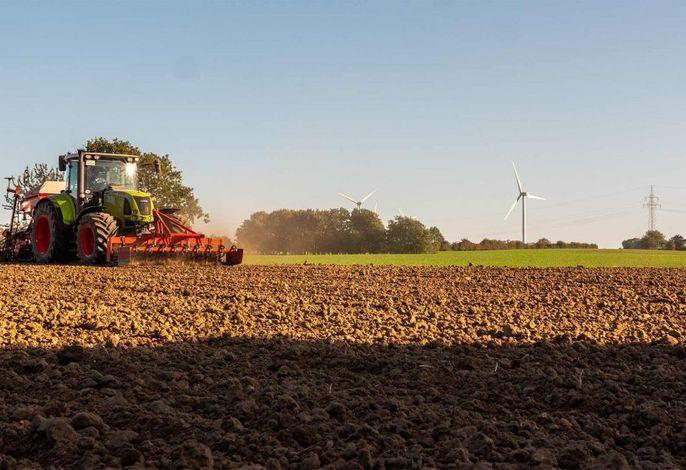 Feldarbeit mit dem Traktor