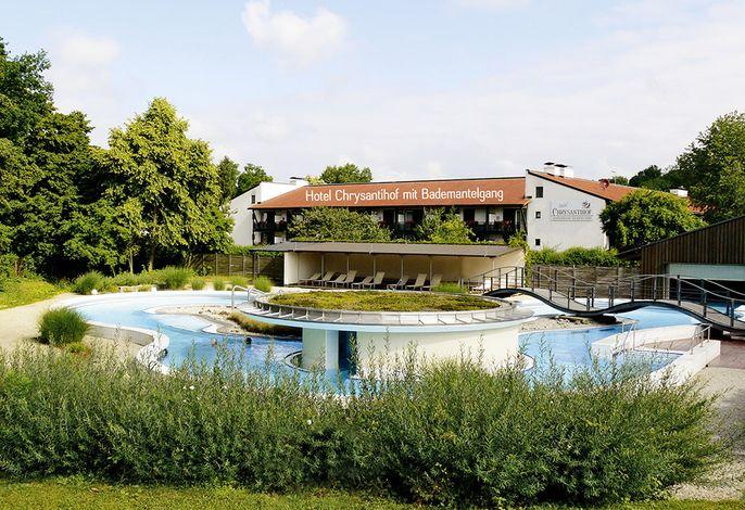 Blick vom Thermenbach der Rottal Terme zum Hotel Chrysantihof