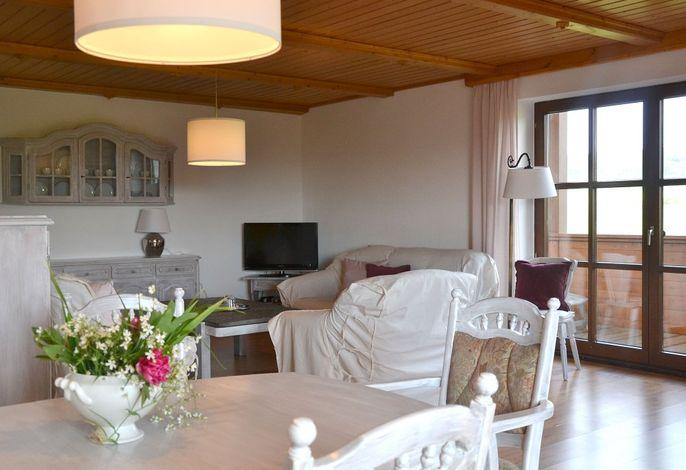 Ferienwohnung: Wohnzimmer mit Balkon