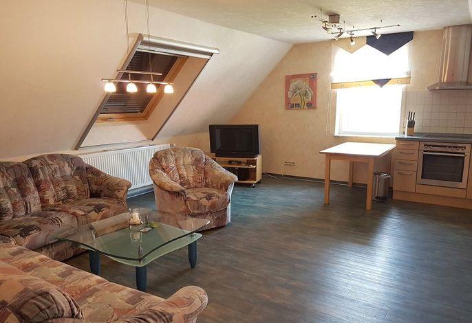 Ferienwohnung im Dachgeschoss: Wohnbereich mit Küche