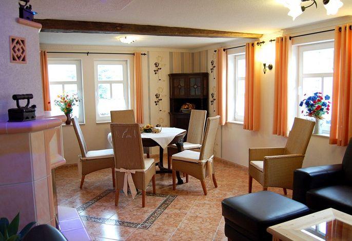 Essbereich im Wohnzimmer des Ferienhauses