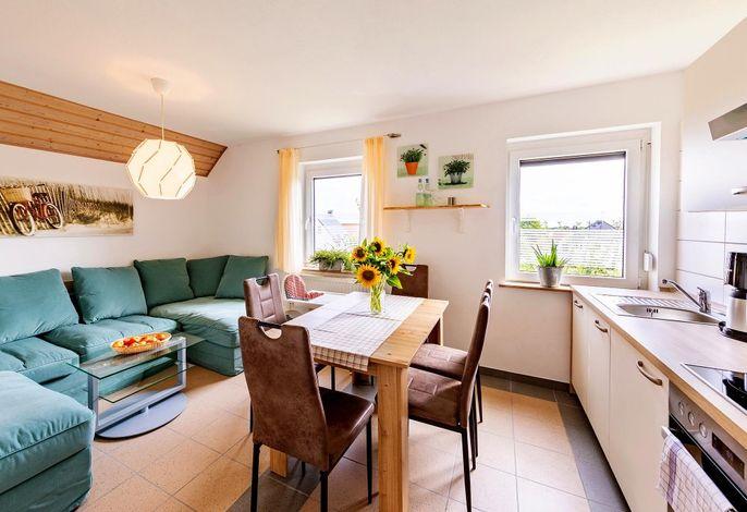 Fewo Gartenblick: Wohnraum mit Küche