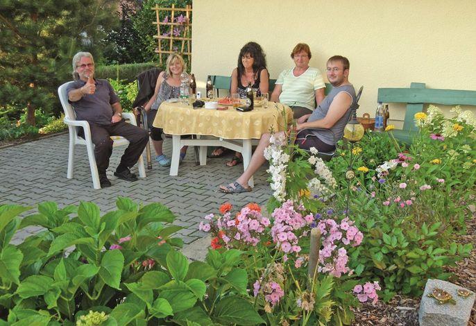 Gemuetliche Runde mit Gästen