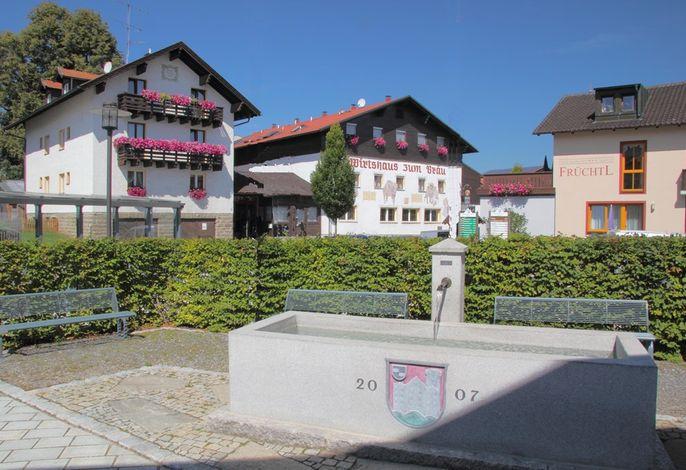 Dorfmitte von Zandt  - mit Brunnen am Rathausplatz