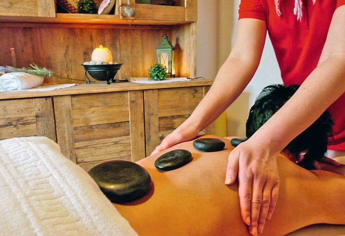 Rückenmassage mit heißenSteinen