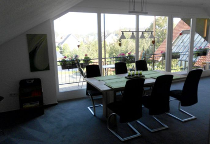 Panoramafenster mit Essplatz