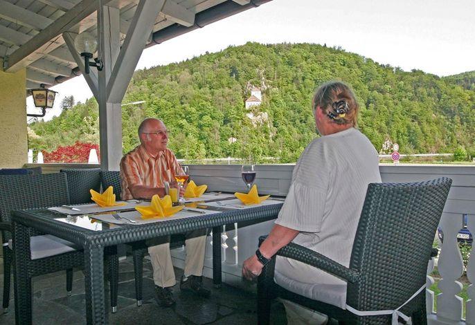Kaffeeterrasse mit Blick zur Donau und Burg Krempelstein