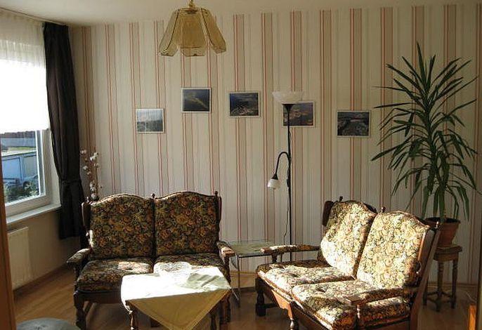 Wohnzimmer mit zwei Sitzmöbeln
