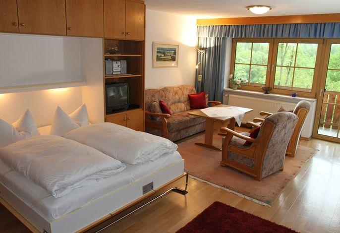 Wohnraum mit herausklappbaren Schrankbetten