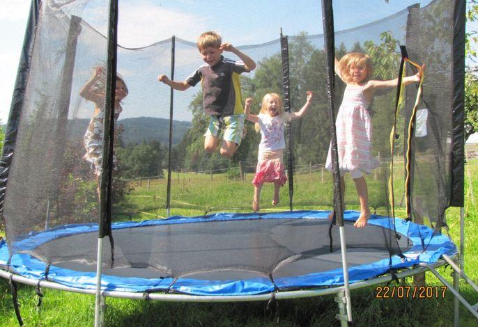 Kinderglück im Riesentrampolin