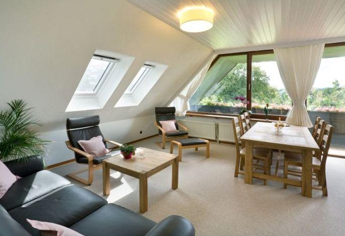 Modernes Wohnzimmer mit gemütlicher Essecke