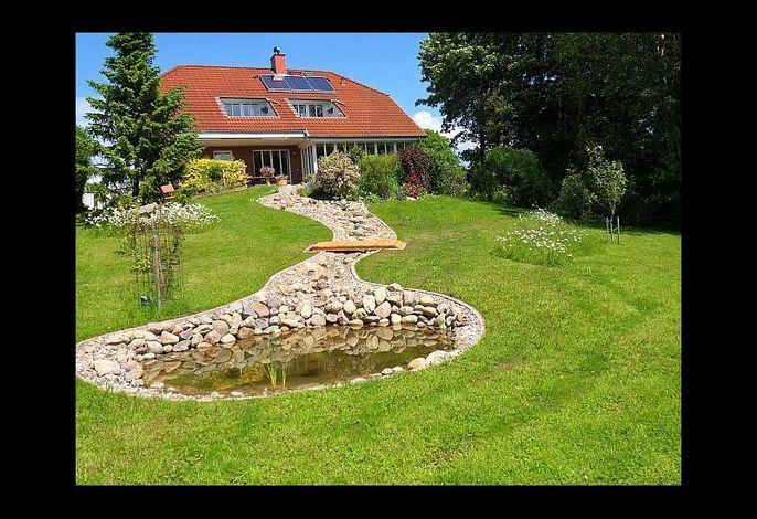 Schöner, großer Garten mit kleinem Teich
