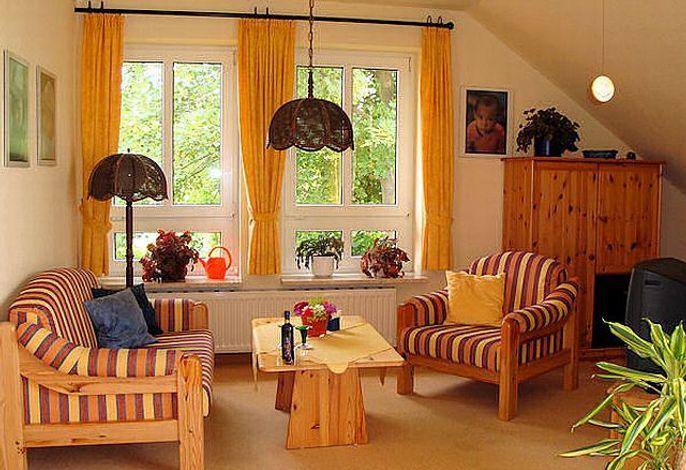 Freundliches Wohnzimmer mit strahlend, hellen Farben