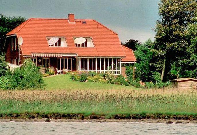 Das schöne Haus liegt direkt an der Schlei