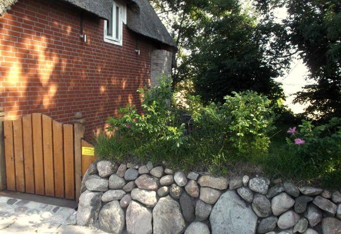 Blick von außen auf den Friesenwall und den Eingang