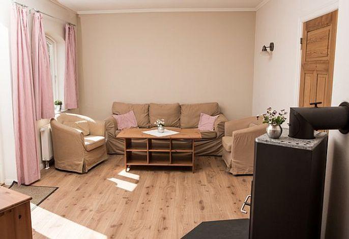 Gemütliches Wohnzimmer mit einem Kamin