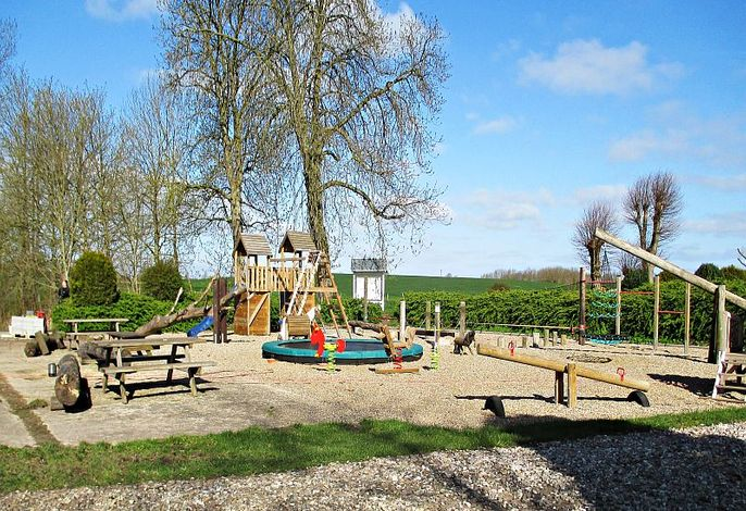 Großer Spielplatz mit Schaukel und Trampolin