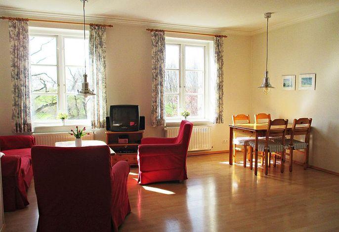 Gemütliches Wohnzimmer mit Esstisch
