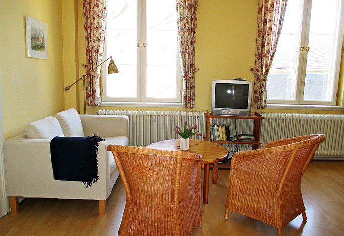 Gemütliches Wohnzimmer mit Fernseher