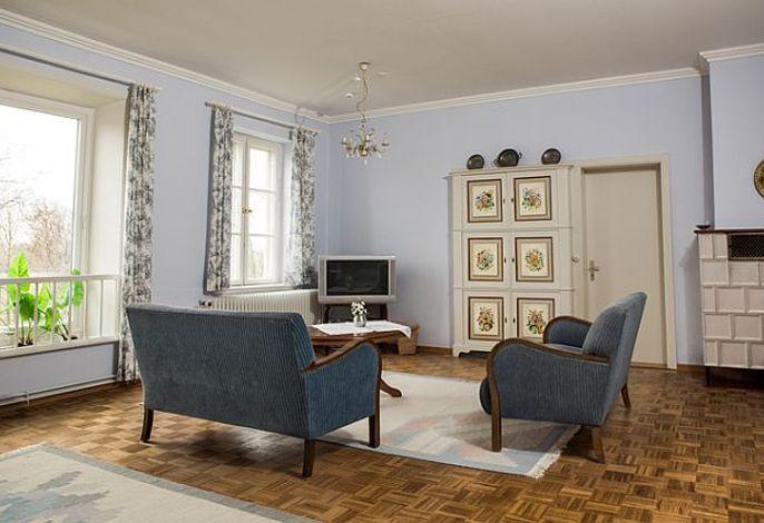 Helles Wohnzimmer mit Fernseher