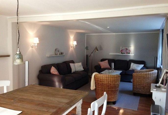 wunderSchönes, eingerichtetes Wohnzimmer mit Sofas